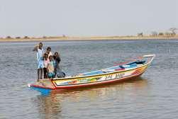 SENEGAL Sine Saloum Pirogue devant les gîtes africains de Simal