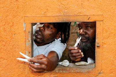 """JAMAÏQUE Site de Nine Mile, village natal de Bob Marley A la sortie du Centre Bob Marley, vente """"tolérée"""" de joints..."""