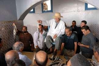 TUNISIE - Djerba Marché aux poissons (vente aux enchères) du souk d'Houmet Sout
