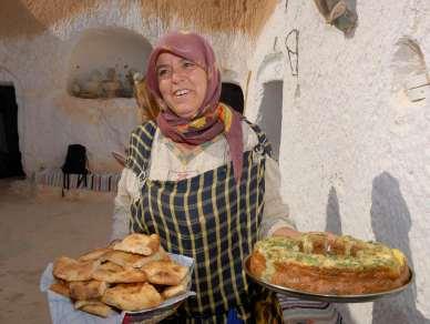 TUNISIE Miriem reçoit dans sa maison troglodytique vers Matmata