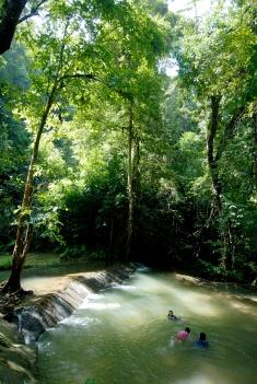 THAÏLANDE Chute d'eau de Manora, au-dessus de la baie de Phang Nga