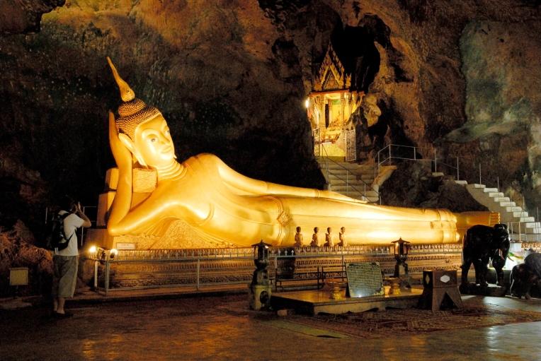 THAÏLANDE Site du temple Tham Suwan Khuha avec Bouddha couché dans une grotte