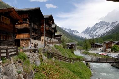 SUISSE Valais - Lötschental Blatten (1540 m) Chalets en mélèze surplombant la rivière Lonza