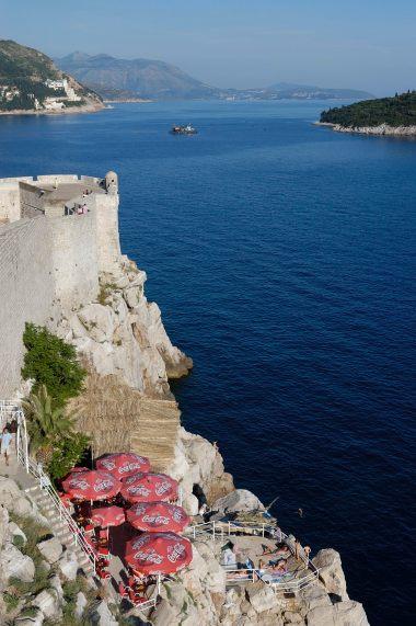 CROATIE - Dubrovnik Plaisanciers accrochés aux remparts de la vieille ville