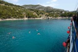 CROATIE Baignade dans une crique des îles dalmates