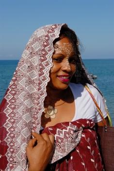 MAYOTTE Au Jardin Maoré Femme maquillée et habillée à la mahoraise