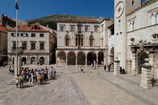 CROATIE - Dubrovnik Place des Loges, devant la tour de l'Horloge