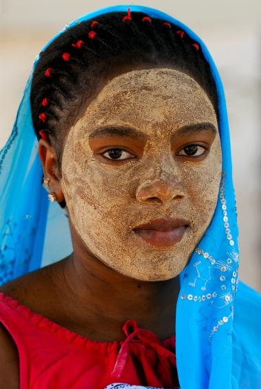 """MAYOTTE Jeune femme portant le """"msindanu"""", masque de beauté"""
