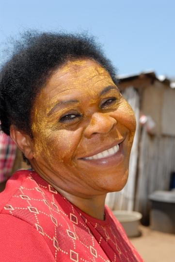 MAYOTTE Ecomusée de Bandrele Femme fabriquant du sel, avec un msindanu (masque de beauté)