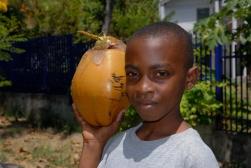 MAYOTTE Mamoudzou Jeune garçon à la noix de coco