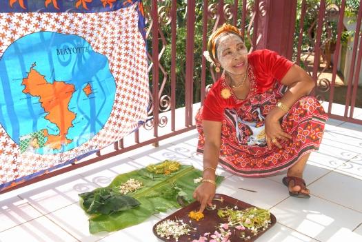 MAYOTTE Bouéni Le Santal Logis, chez Taambati et Harouna Taambati montre les plantes ou les poudres qu'elle utilise dans ses préparations traditionnelles mahoraises