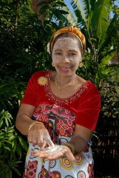 MAYOTTE Bouéni Le Santal Logis, chez Taambati et Harouna Taambati coiffe et maquille ses clientes à la mahoraise