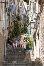 CROATIE - Dubrovnik Ruelle en pente au nord de la vieille ville