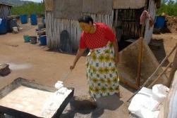 MAYOTTE Ecomusée de Bandrele Femme fabriquant du sel