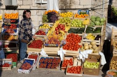 CROATIE Ile de Korcula Petit marché des fruits et des légumes devant la vieille ville de Korcula