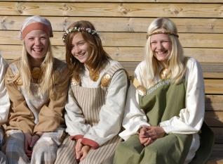 NORVEGE Alesund, île de Giske Jeunes participantes à un spectacle folklorique