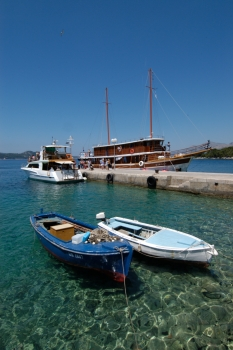 CROATIE Goélette dans un petit port