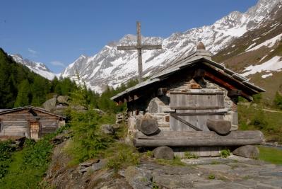 SUISSE Valais - Lötschental A Fafleralp, petit raccard dans le hameau de Gletscheralp