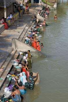INDE du SUD Tanjore Scène de lavage et de baignade dans le canal