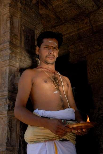 INDE du SUD Dharasuram Temple Chola d'Airavatesvara Prêtre du temple