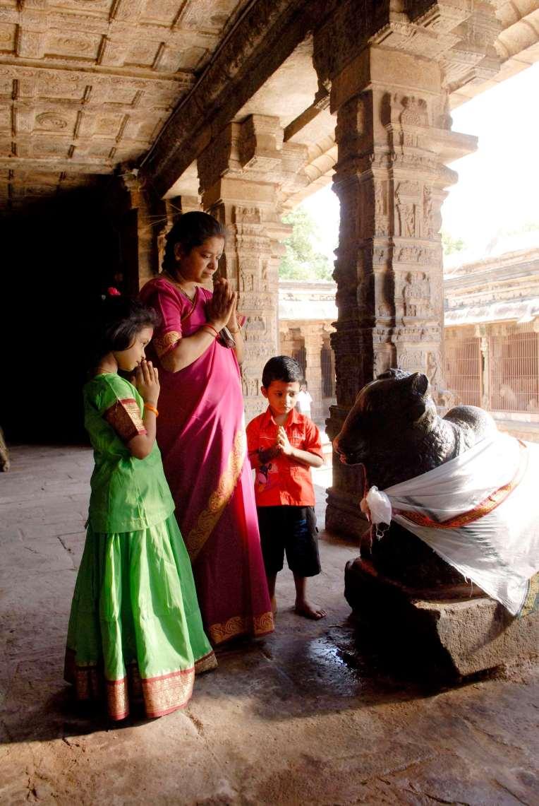 INDE du SUD Dharasuram Temple Chola d'Airavatesvara Famille priant Shiva devant Nandi