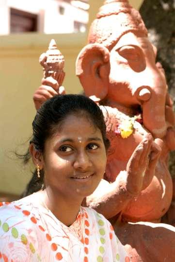 INDE du SUD Jeune femme devant une statue de Ganesh