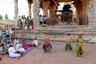 INDE du SUD Tanjore Temple Chola de Brihadishwara Danseurs devant le Nandi géant