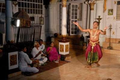 INDE du SUD Tanjore Palais Royal Danseurs dans le Salon de Musique Hari Haran