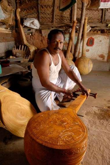 INDE du SUD Village aux environs de Tanjore Fabricant de veena en bois de jacquier