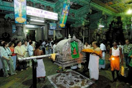 """INDE du SUD Madurai Temple Sri Meenakshi dédié à Shiva et à Parvathi """"puja"""" : cérémonie rituelle de la nuit"""