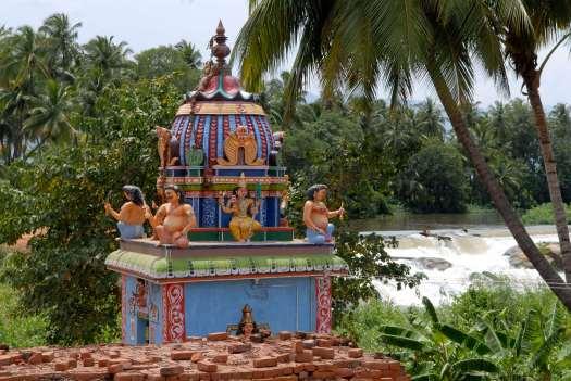 INDE du SUD Tamil Nadu Petit temple dans un village