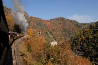 ARDECHE Le Chemin de Fer du Vivarais, à partir de Lamastre Vue sur la châtaigneraie et la vallée du Doux