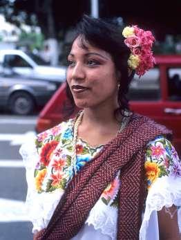 MEXIQUE - Yucatan Femme en huipil à Merida