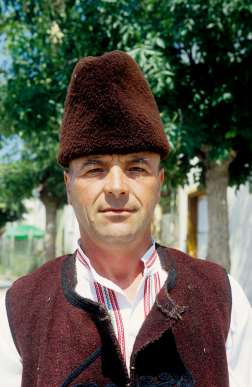 BULGARIE Homme en costume traditionnel à Dobarsko (Rhodopes)