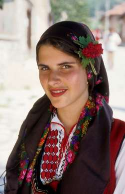 BULGARIE Jeune femme en costume traditionnel à Dobarsko (Rhodopes)