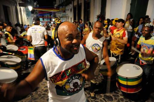 """BRESIL - Salvador da Bahia Dans le Pelourinho, un """"blocos"""" anime le quartier"""