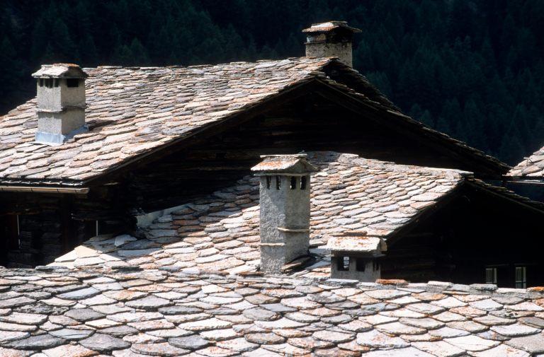 ITALIE  -  Val d'AosteValsavarenche Toits en lauzes à Tignet