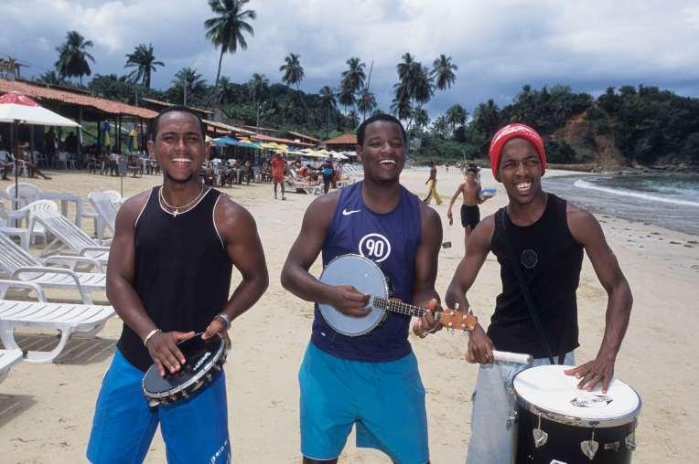BRESIL - Salvador Da Bahia Trio samba sur une plage de l'île dos Frades