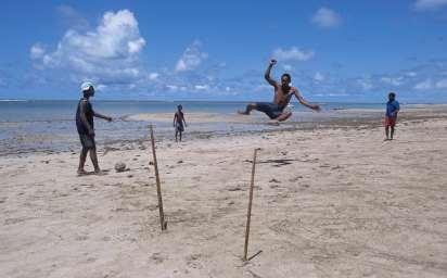 BRESIL - Salvador Da Bahia Capoeira sur la plage d'Itaparica