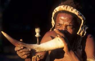 AFRIQUE du SUD Musicien d'une troupe folklorique à Dumazulu, vers Hluhluwe