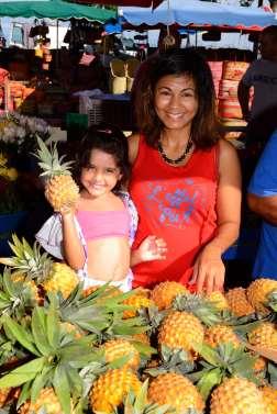 LA REUNION Stand d'ananas Victoria au marché de St-Paul