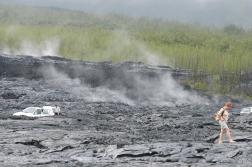 LA REUNION La route du Sud Sauvage coupe une coulée de lave encore fumante