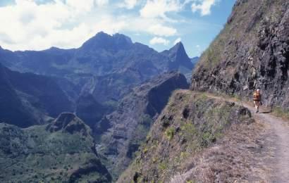LA REUNION - Mafate Sentier de randonnée sur la Canalisation des Orangers