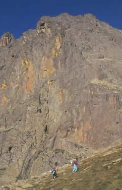 Vallée d'Ossau Randonneurs sous le pic du Midi d'Ossau