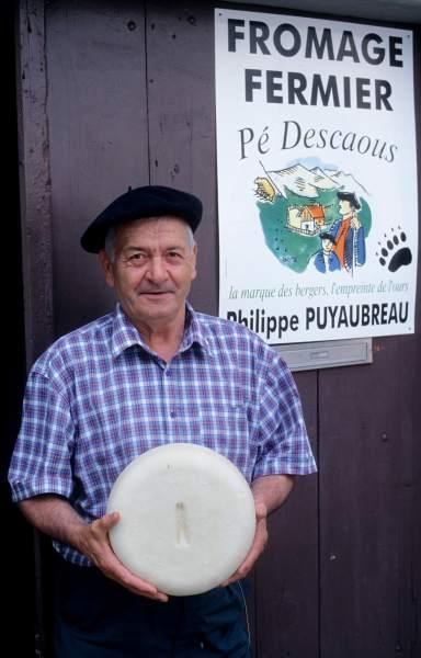 Vallée d'Ossau Berger tenant un fromage de brebis