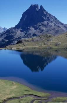 Vallée d'Ossau Pic du Midi d'Ossau qui se reflète dans le lac Gentau