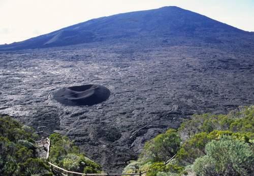 LA REUNION Le volcan de la Fournaise vu du Pas de Bellecombe