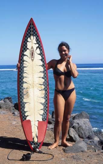 LA REUNION Jeune surfeuse à St-Leu