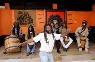 JAMAÏQUE Site de Nine Mile, village natal de Bob Marley Lors de la visite, un groupe interprète une chanson de Bob Marley
