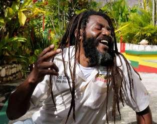 """JAMAÏQUE Site de Nine Mile, village natal de Bob Marley Visite du site en compagnie du guide au rire tonitruant """"Captain Crazy"""""""
